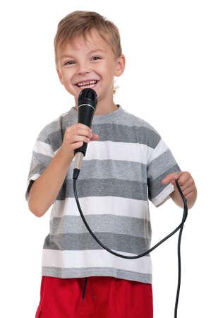 niño cantando: Niño pequeño con micrófono - aisladas sobre fondo blanco