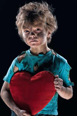 manos sucias: Ni�o quemado de amor con el coraz�n sobre fondo blanco
