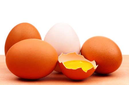 Verse kip eieren op een houten bord op witte achtergrond