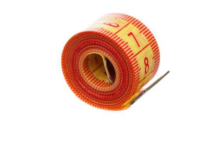 白い背景の上のテーラーの測定テープ