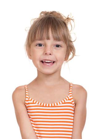 enfants qui rient: Portrait de jeune fille avec �motion dr�le isol� sur fond blanc Beau mod�le caucasien