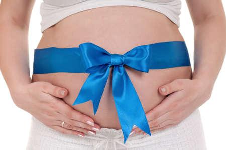 vientre femenino: Barriga de embarazada con la cinta azul - aislados en un fondo tercer trimestre blanco