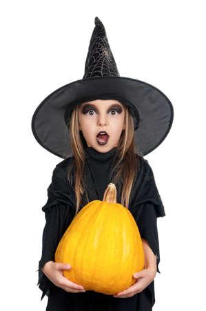 calabazas de halloween: Retrato de ni�a con sombrero negro y vestido negro con calabaza sobre fondo blanco