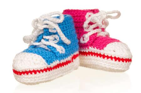 pie bebe: Hecho a mano de color azul y rosa botines del beb� aislados en el fondo blanco Foto de archivo