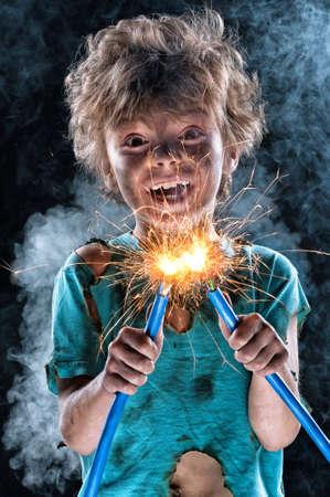 ni�os malos: Retrato del electricista poco loco sobre fondo negro