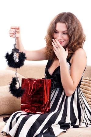 divan: Hermosa mujer cauc�sica joven con el regalo en el div�n Foto de archivo