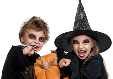calabazas de halloween: Ni�o y ni�a llevaba traje de Halloween con calabaza sobre fondo blanco