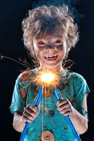 descarga electrica: Retrato del electricista poco loco sobre fondo negro