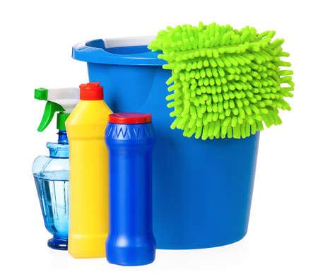 servicio domestico: Cubeta de pl�stico con productos de limpieza, aislado en fondo blanco