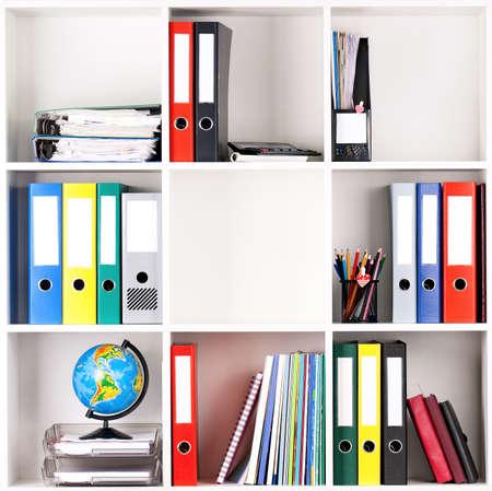 folder: Carpetas de archivo, de pie en los estantes de la oficina