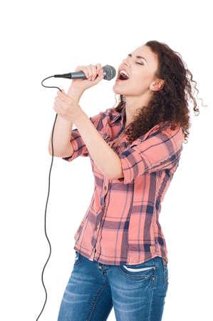 Mooi meisje met microfoon geïsoleerd op witte achtergrond