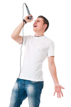 El hombre moderno joven con el micrófono aislado en fondo blanco Foto de archivo
