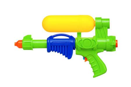 Plastic water pistool geïsoleerd op witte achtergrond