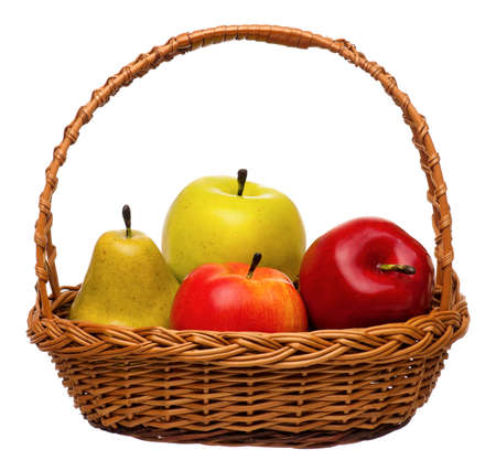 Fruits artificiels dans le panier en osier isol� sur fond blanc photo