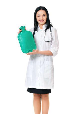 w�rmflasche: Weibliche Arzt h�lt eine W�rmflasche, isoliert auf wei�em Hintergrund