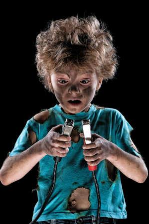 electric shock: Boy tiene una descarga eléctrica sobre fondo oscuro