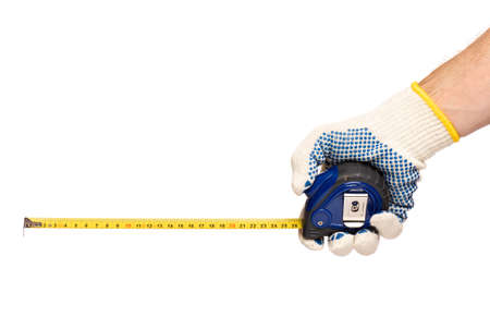 Mano masculina con guante de algodón de trabajo con cinta métrica. Mano humana sosteniendo cinta métrica, aislado sobre fondo blanco.