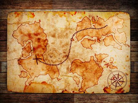 isla del tesoro: antiguo mapa del tesoro en el fondo de madera Foto de archivo