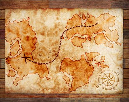 mapa del tesoro: viejo mapa del tesoro, en un fondo de madera