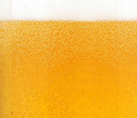 vasos de cerveza: Primer plano de las burbujas de la cerveza