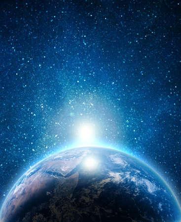 noche estrellada: tierra azul en el espacio con el sol naciente Foto de archivo