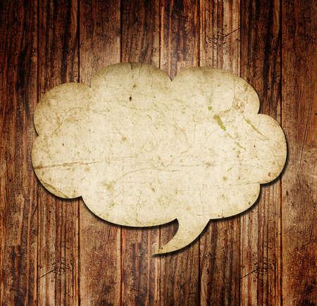Burbuja del discurso en blanco sobre fondo de madera