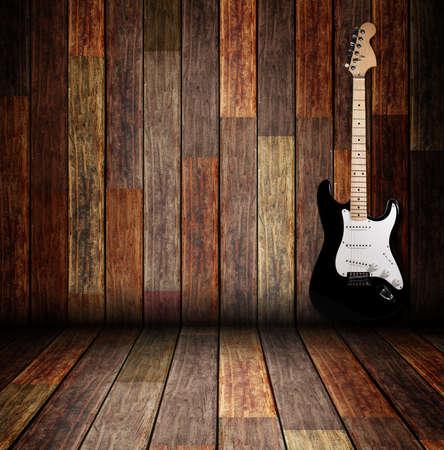 Guitarra eléctrica en el cuarto de madera