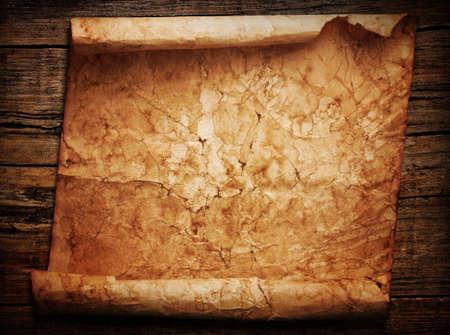 Rollo de papel antiguo en un fondo de madera