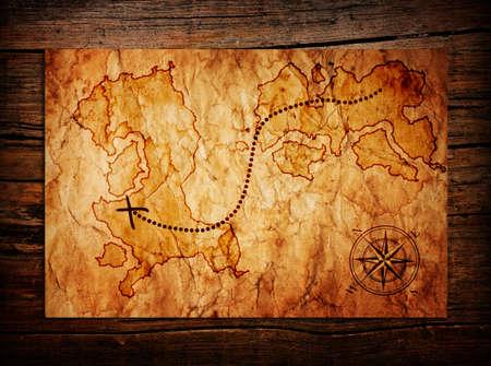 antiguo mapa del tesoro en el fondo de madera Foto de archivo