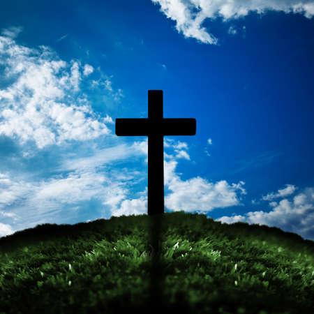 Silhouet van kruis op een heuvel