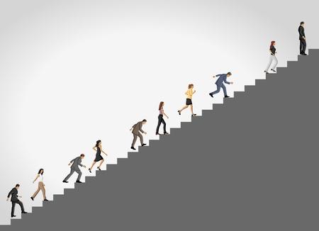 결정된: 높은 계단을 등반하는 사업 사람들.