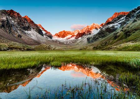 Picos que reflejan en un lago a continuación, Alpes de Stubai, Austria