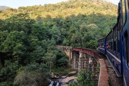 クーノール、タミル・ナードゥ、インド - 2017年1月、25日。ニルギリ山鉄道は、インド南部のメッタパラヤムとウダガマダラムの間を走っています。