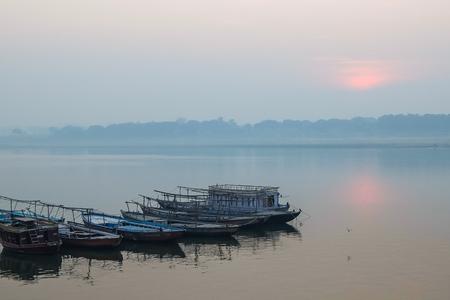 Varanasi, India - December, 9th, 2017. Boats on the ghats of Varanasi. Foto de archivo - 97853008