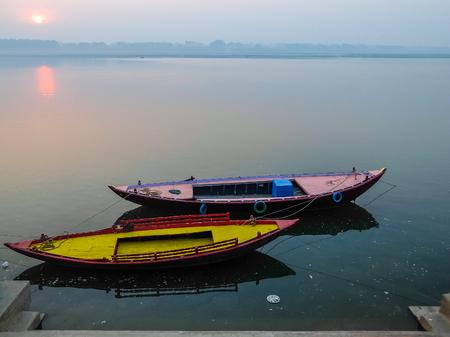Varanasi, India - December, 9th, 2017. Boats on the ghats of Varanasi. Foto de archivo - 97814194