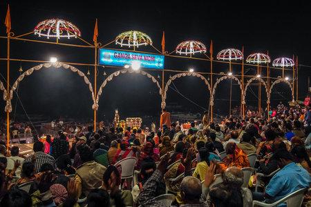 Varanasi, India - December, 9th, 2017. Ganga Aarti ceremony at Dasashvamedh Ghat. Standard-Bild - 97815988