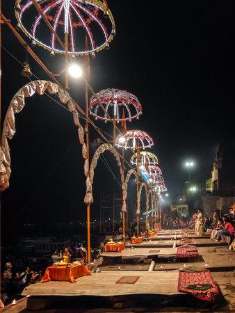 Varanasi, India - December, 9th, 2017. Ganga Aarti ceremony at Dasashvamedh Ghat. Standard-Bild - 97815873