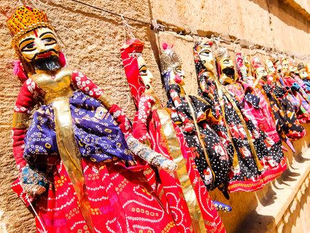 Jaisalmer, India - Circa March, 2018. Traditional rajasthani puppets (Kathputli) in the street shop. Foto de archivo - 120171740