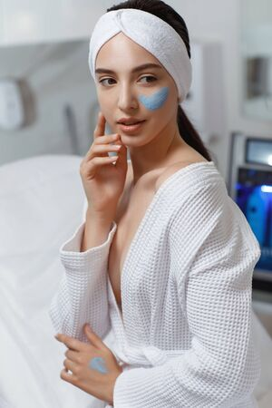Face peeling mask, spa beauty treatment, skincare. Banque d'images