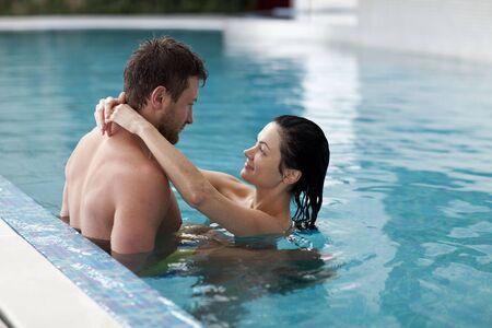 Couple de détente dans des centre de spa Banque d'images