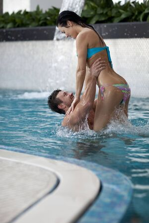 Couple de détente dans le centre de spa