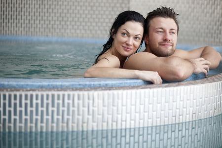 thalasso: Couple de détente dans le centre de spa
