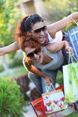 Two happy teenage girls on a shopping Standard-Bild