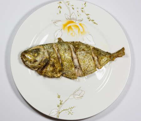 pescado frito: Pescado frito en la placa Foto de archivo