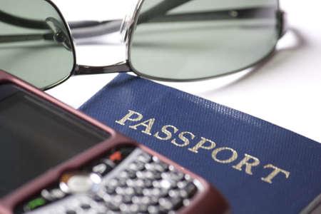サングラス、パスポート、PDA