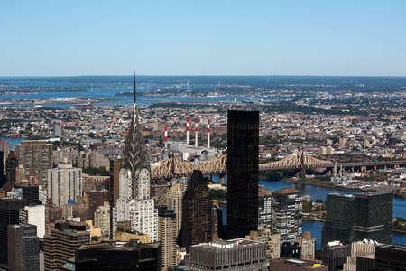 East side view of NYC, y compris le Chrysler Building, East River et ponts Banque d'images