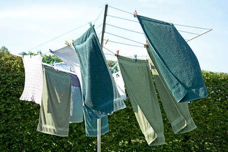 洗濯物を外風の中を乾燥