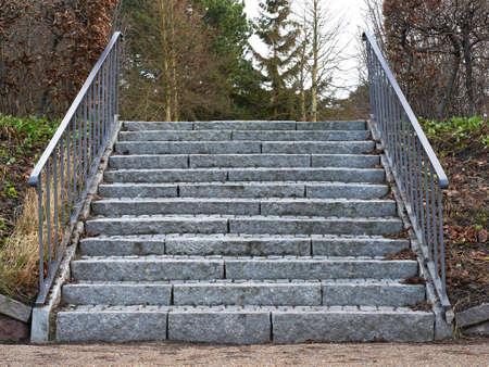 rejas de hierro: Gris escalera de piedra con barras de hierro en los lados Foto de archivo