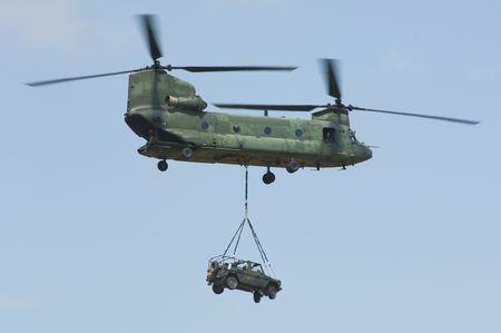 chinook: CH-47 Chinook elicottero che trasportano 4x4x fuoristrada mercedes