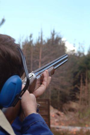 hombre disparando: Hombre de tiros de palomas de arcilla